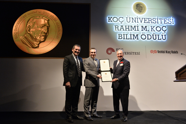 Ozcan receives inaugural Medal of Science from Turkey's Koç University